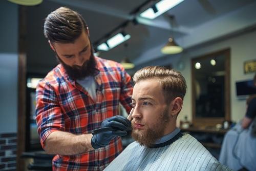 un salon de coiffure dans le centre-ville de Nîmes